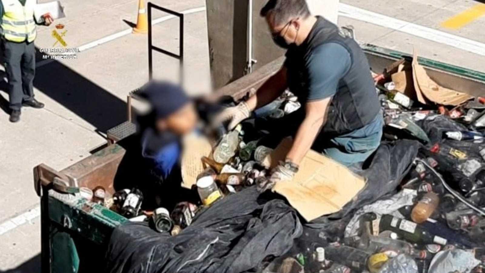 La Guardia Civil rescata a un migrante oculto entre cenizas tóxicas en el puerto de Melilla