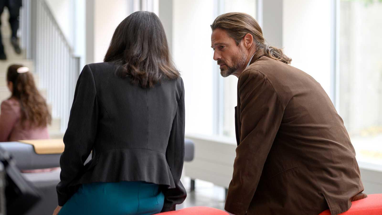 Mike le cuenta a Inés que tiene sida