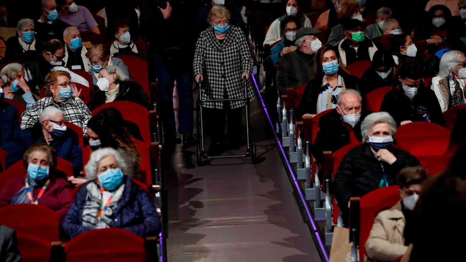 La normalidad tras la vacuna: 171 ancianos vuelven al teatro