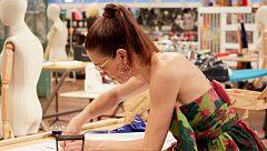 Raquel confecciona un bañador en el taller