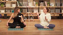 Laura recibe una clase particular de yoga