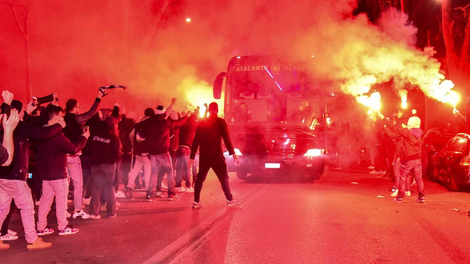 Olvidándose de las restricciones y de la mascarilla: Así recibieron los aficionados del Atalanta al Real Madrid