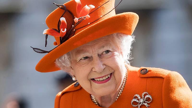 Isabel II anima a vencer la desconfianza frente a la vacuna contra la COVID-19