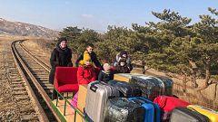 El coronavirus en Corea del Norte provoca que un grupo de diplomáticos rusos abandone el país empujando una vagoneta