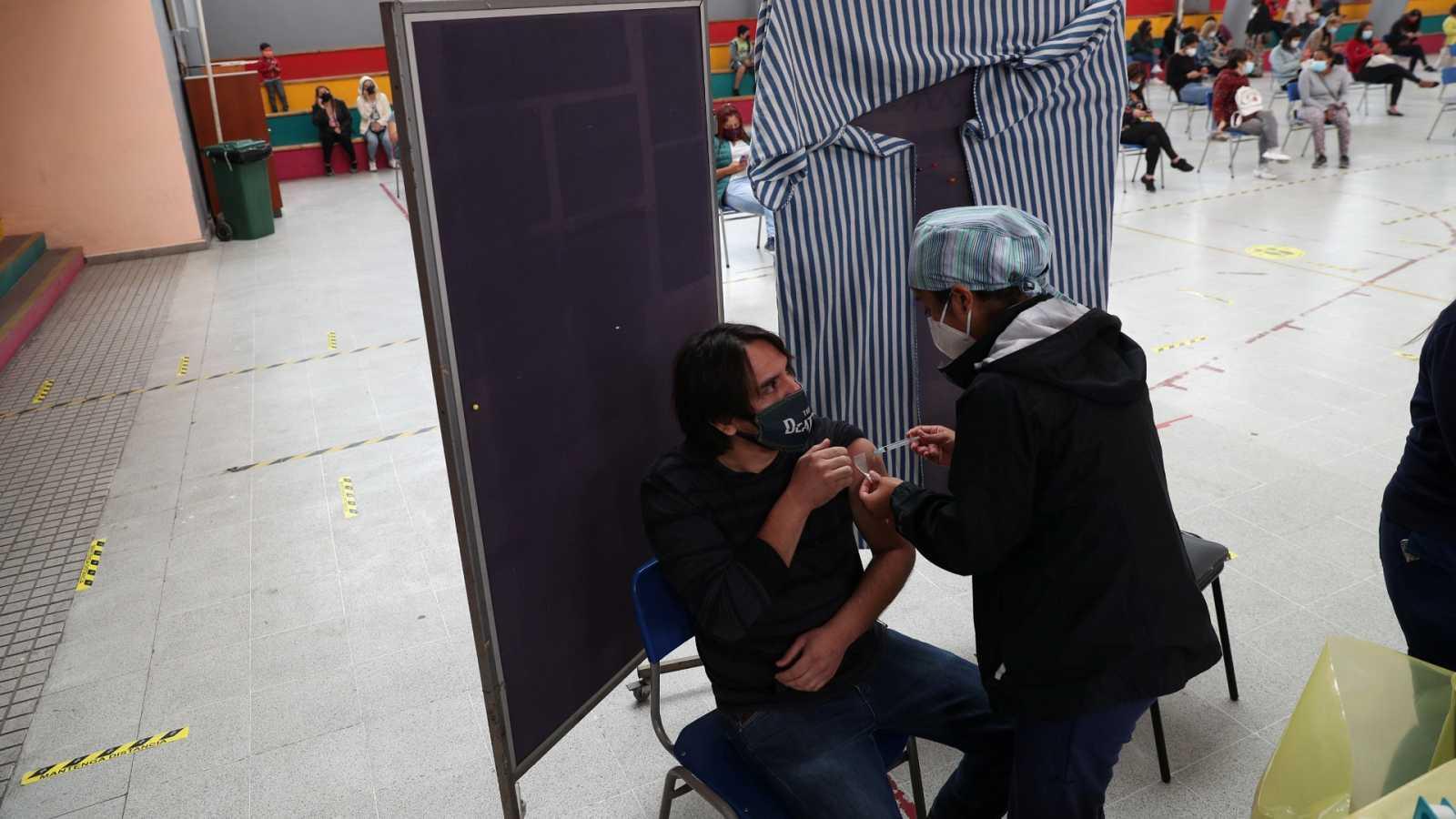 Chile se convierte en el líder de la vacunación contra la COVID-19 en América Latina