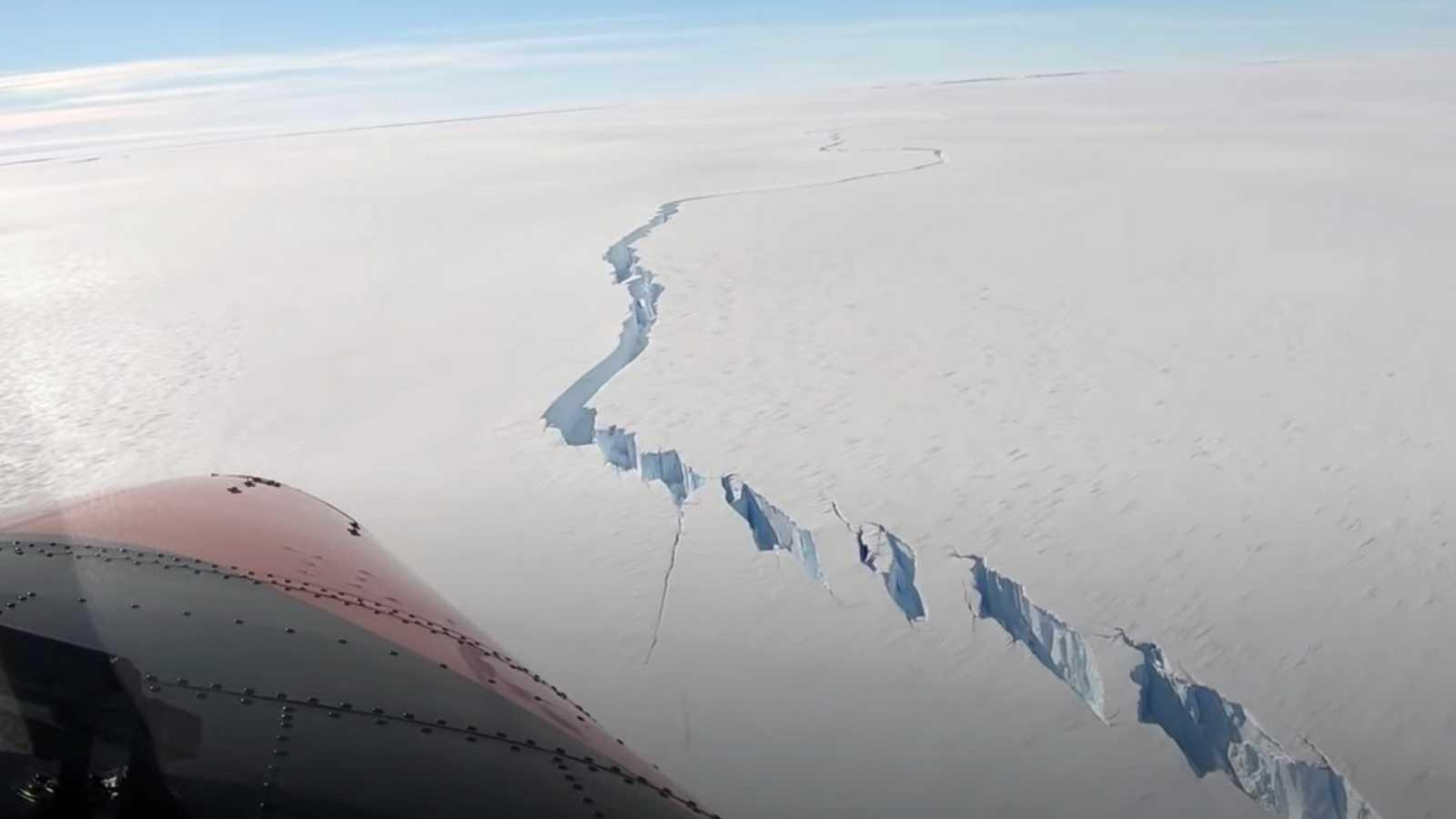 Un iceberg gigante se desprende de la plataforma de hielo que bordea la Antártida