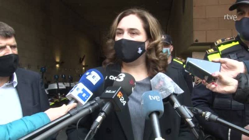 Ada Colau fa una crida a la calma i condemna la crema d'un furgó policial