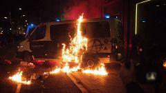Violentos queman una furgoneta policial en una noche de vandalismo en Barcelona