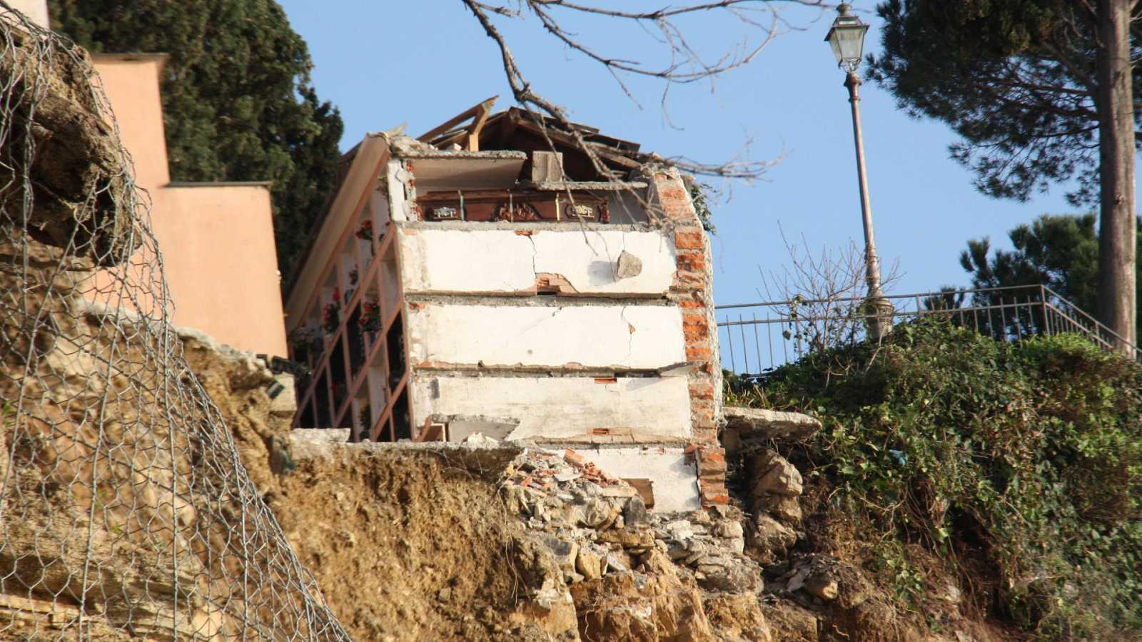 Un cementerio se derrumba en un acantilado italiano y pierde unos 200 féretros en el mar