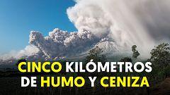 Entra en erupción el volcán Sinabung en la isla indonesia de Sumatra