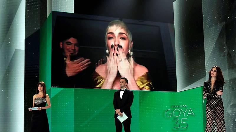 """Nerea Torrijos, Goya al mejor diseño de vestuario por 'Akelarre', triunfa con su espontaneidad al dedicarle el premio a su novio: """"¡Ven aquí, hostia!"""""""