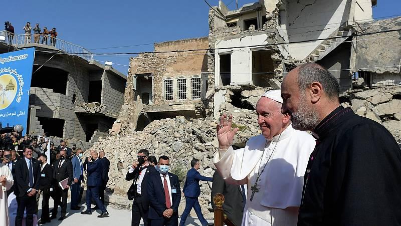 El papa reza en Mosul por las víctimas de la guerra