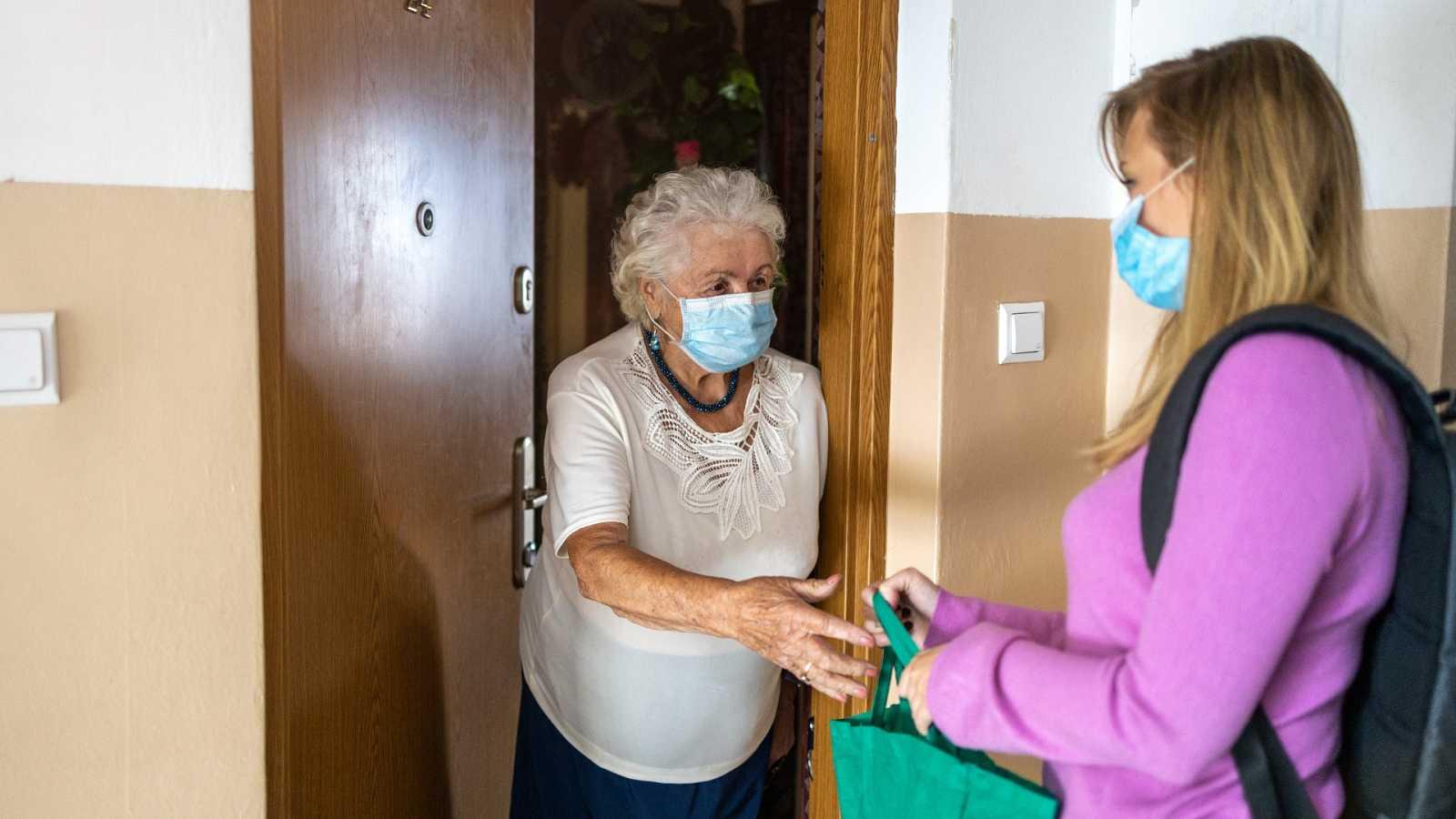 Las auxiliares de ayuda a domicilio, el segundo grupo de trabajadoras esenciales con más contagios