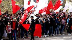 Cientos de aficionados reciben al Atleti a las afueras del Wanda sin respetar las medidas anticovid