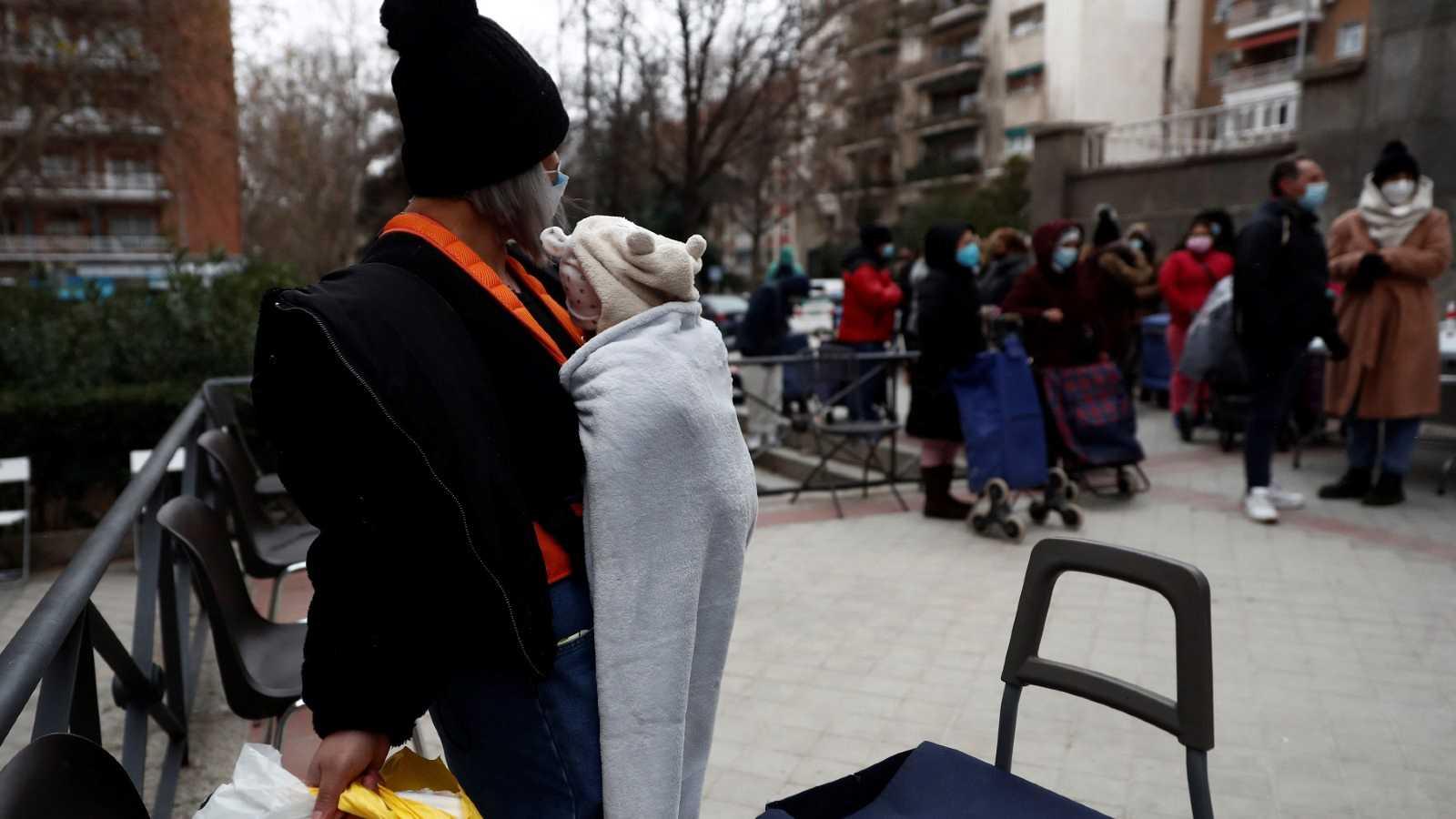 Se mantienen las colas del hambre en Madrid tras un año de pandemia