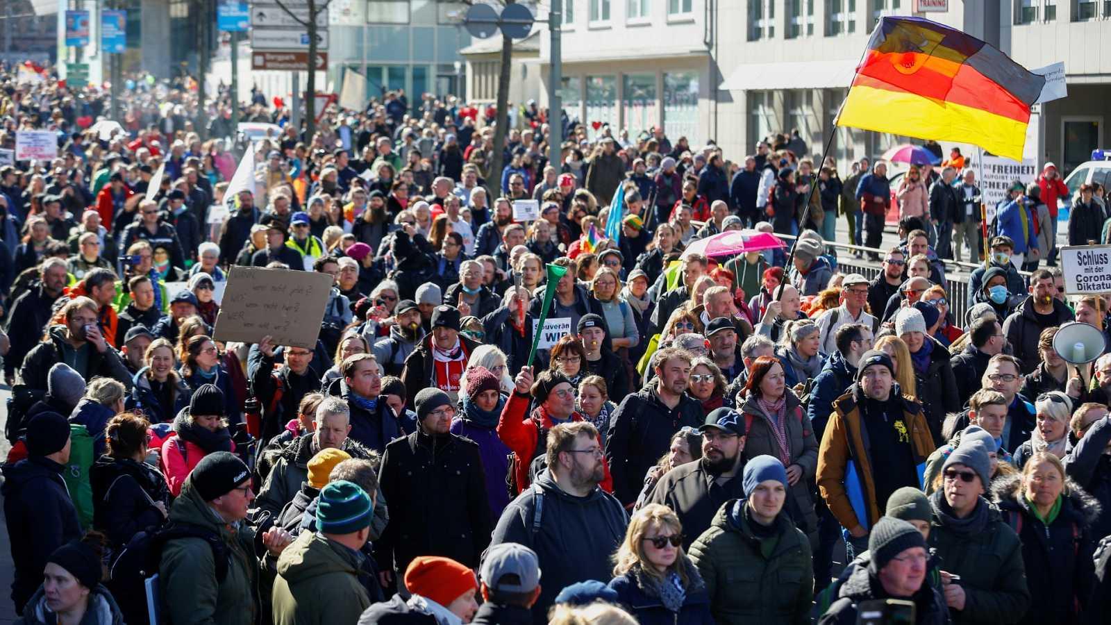 Miles de personas se manifiestan en la ciudad alemana de Kassel contra las  medidas anti-COVID