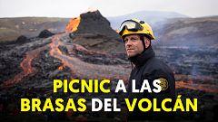 Ríos de lava y turistas para ver de cerca el volcán Fagradalsfjall en Islandia