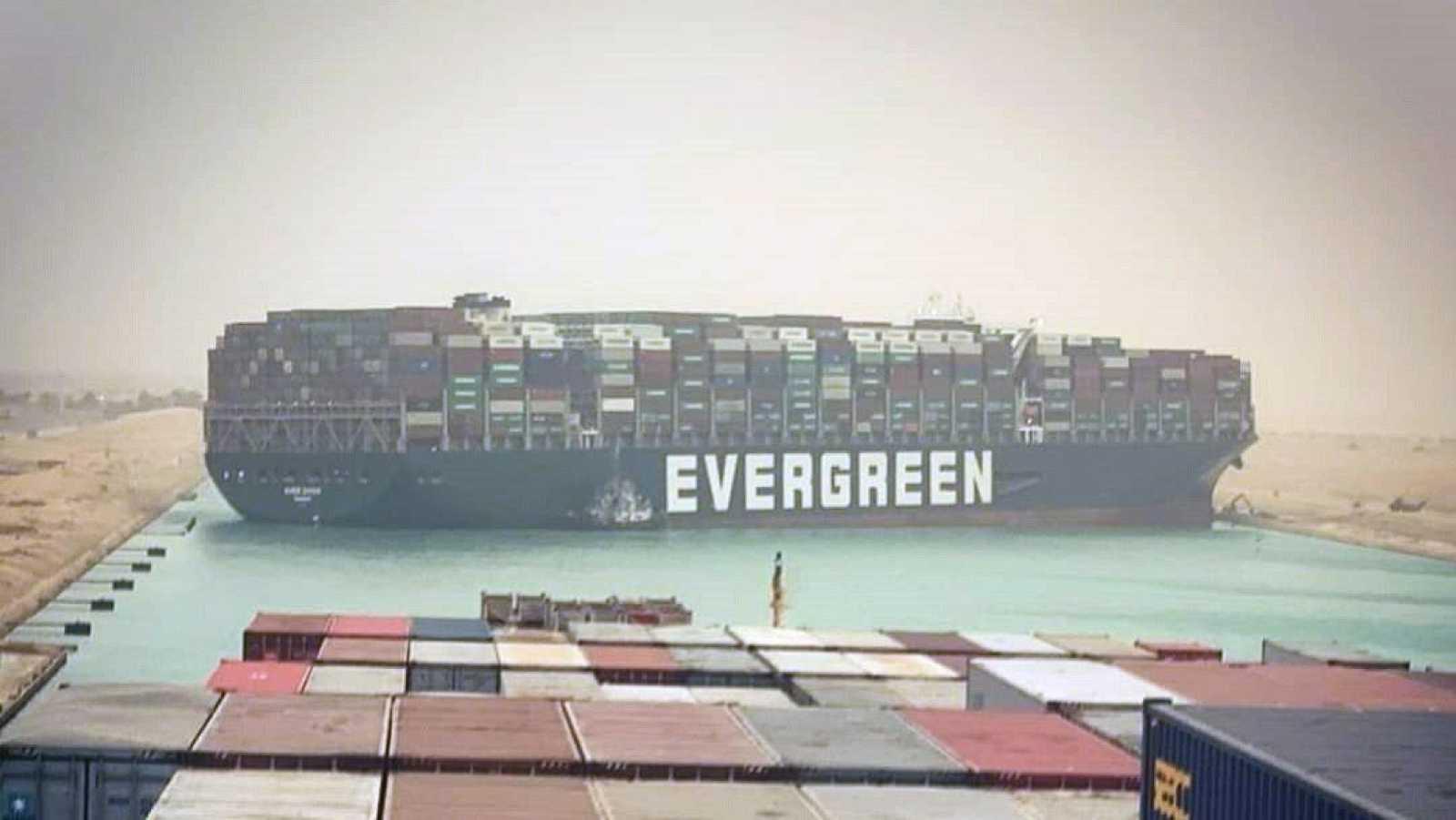 Un carguero atravesado bloquea el tráfico en el Canal de Suez