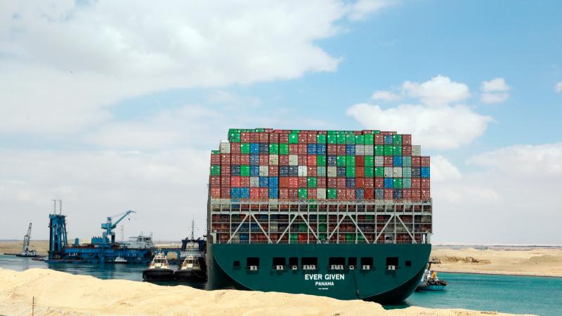 """El factor humano """"pudo influir"""" en el accidente que mantiene bloqueado el Canal de Suez"""