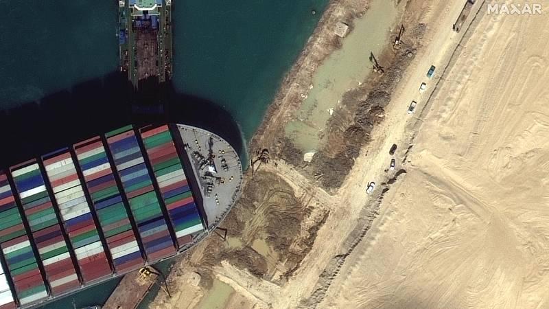Continúan los trabajos en el Canal de Suez para desencallar el carguero Ever Given