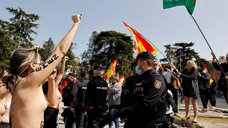 Cinco activistas del colectivo feminista Femen irrumpen en un acto franquista en Madrid