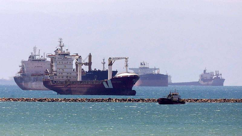 Centenares de barcos aguardan su turno para pasar tras restablecerse el tráfico en el Canal de Suez