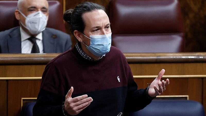 Iglesias se encara a un grupo de manifestantes que le recibía con un saludo fascista