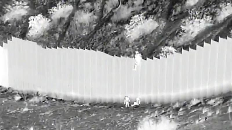 Un traficante lanza a dos menores desde el muro fronterizo entre México y Estados Unidos