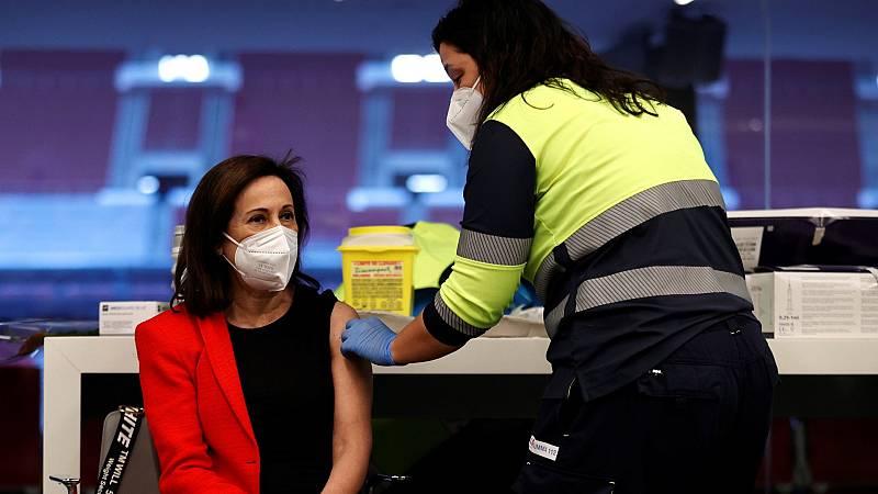 Margarita Robles recibe la vacuna contra el coronavirus