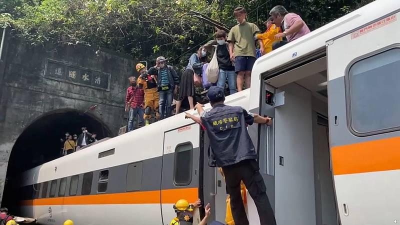 Al menos 36 muertos y más de 70 heridos por el descarrilamiento de un tren en el este de Taiwán