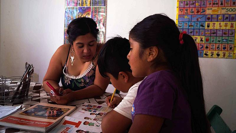 Un año de aulas cerradas y la falta de acceso a Internet pasa factura a millones de alumnos en México