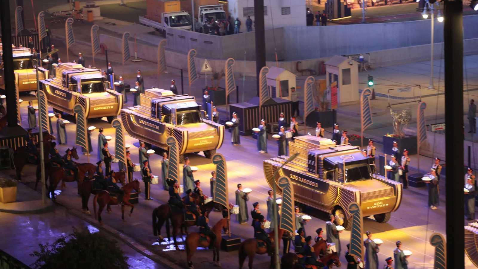 El gran desfile de los faraones recorre El Cairo