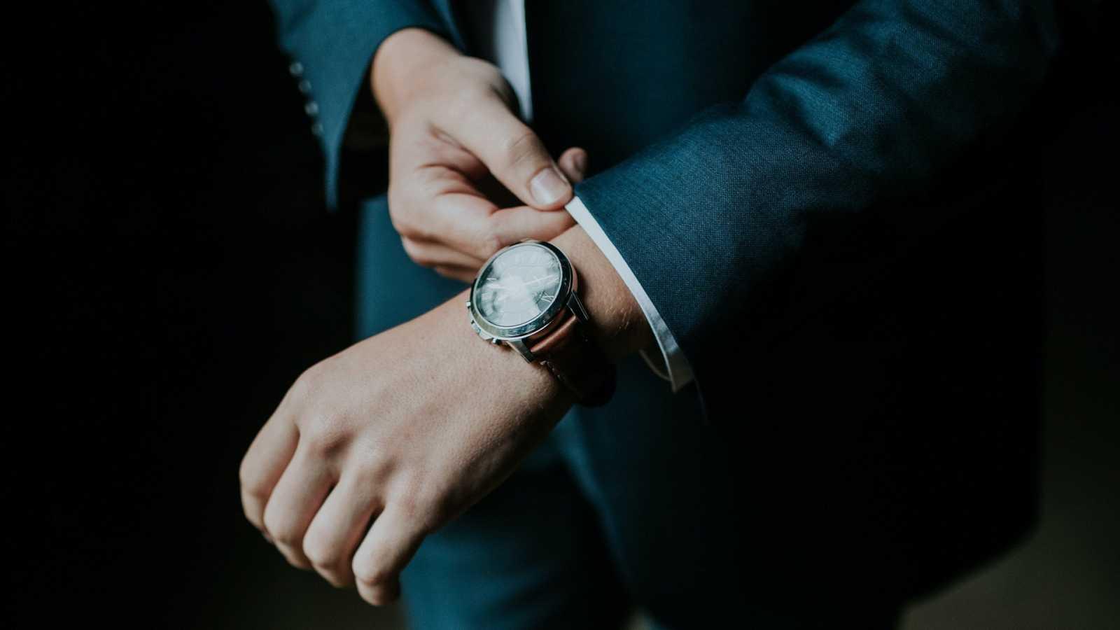 Cómo llevar un reloj con una americana