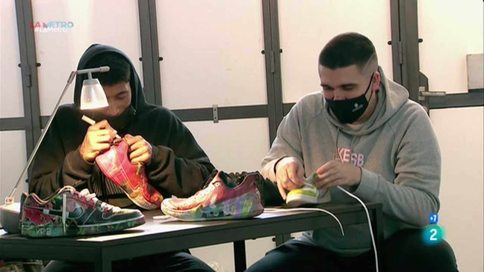 Dos creadors badalonins reparen i personalitzen calçat esportiu amb fins solidaris