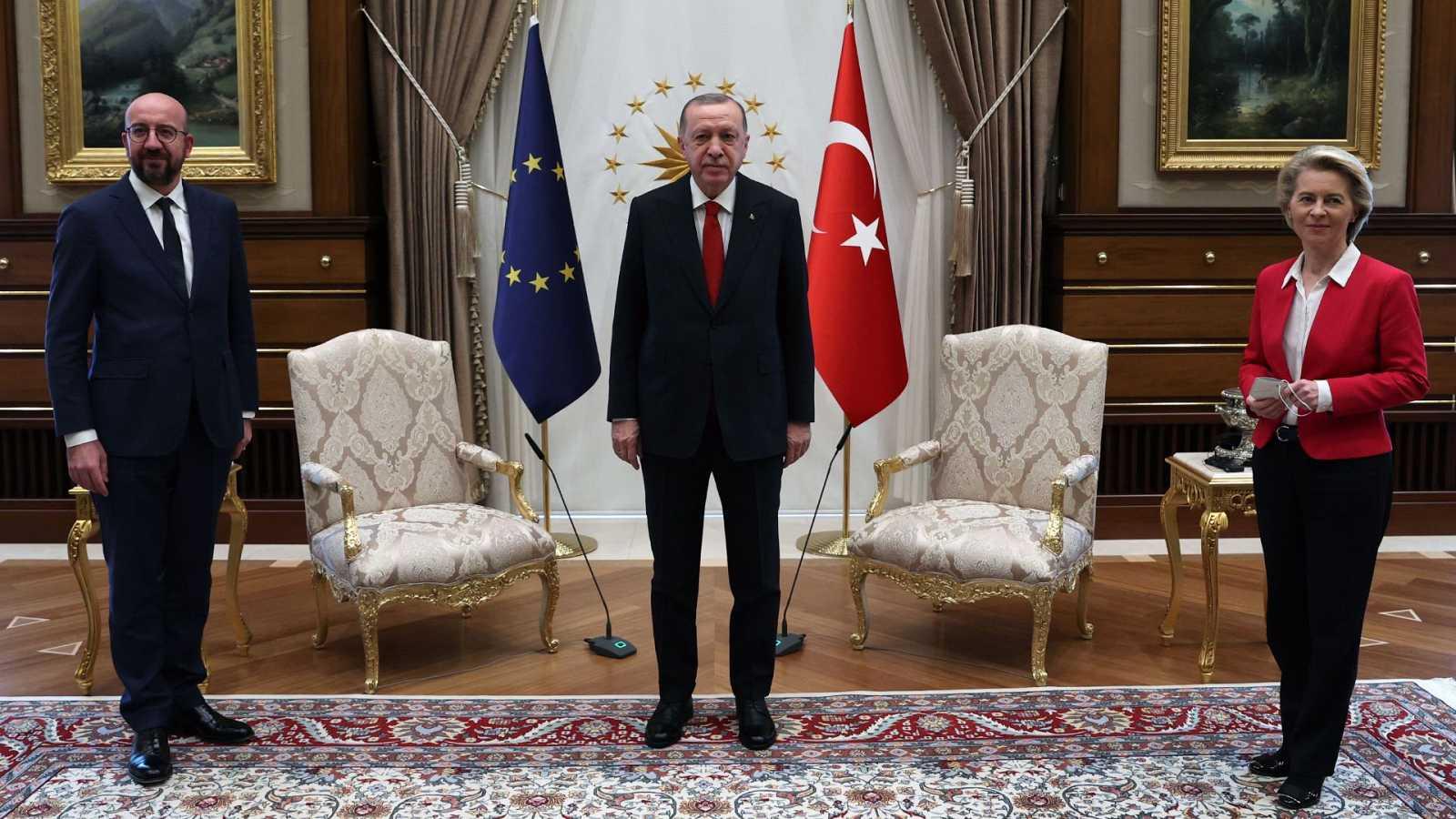 Desaire a Von der Leyen en la reunión UE-Turquía: relegada a un sofá por el protocolo de Erdogan