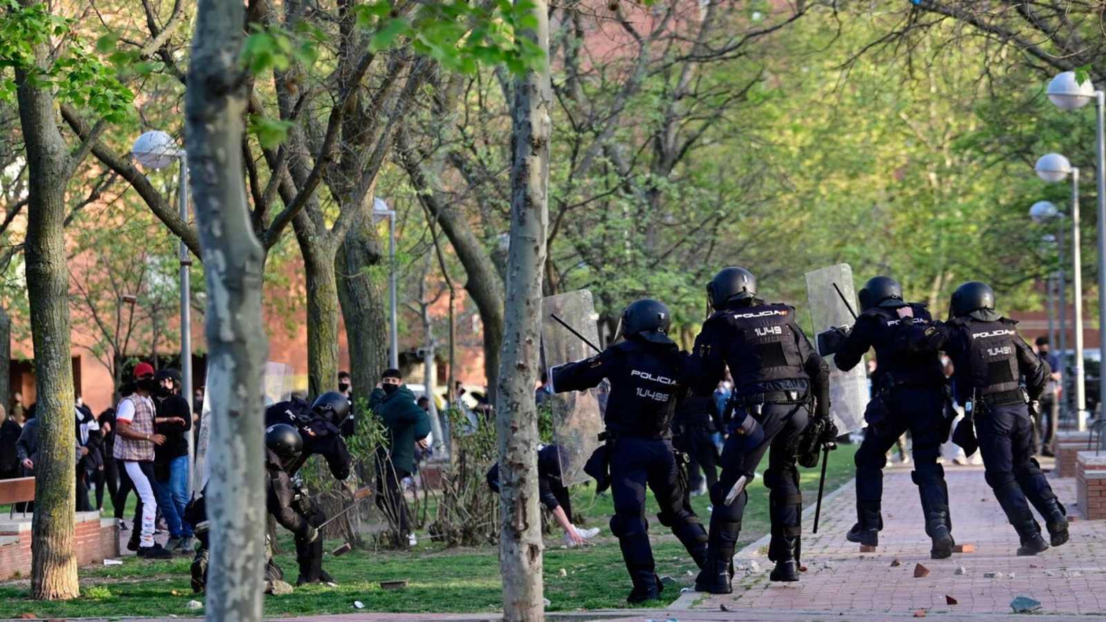 Cargas policiales y lanzamiento de objetos  marcan el acto de campaña de Vox en Vallecas