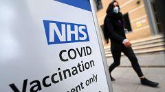 El Reino Unido recomienda ofrecer vacunas alternativas a AstraZeneca para menores de 30 años