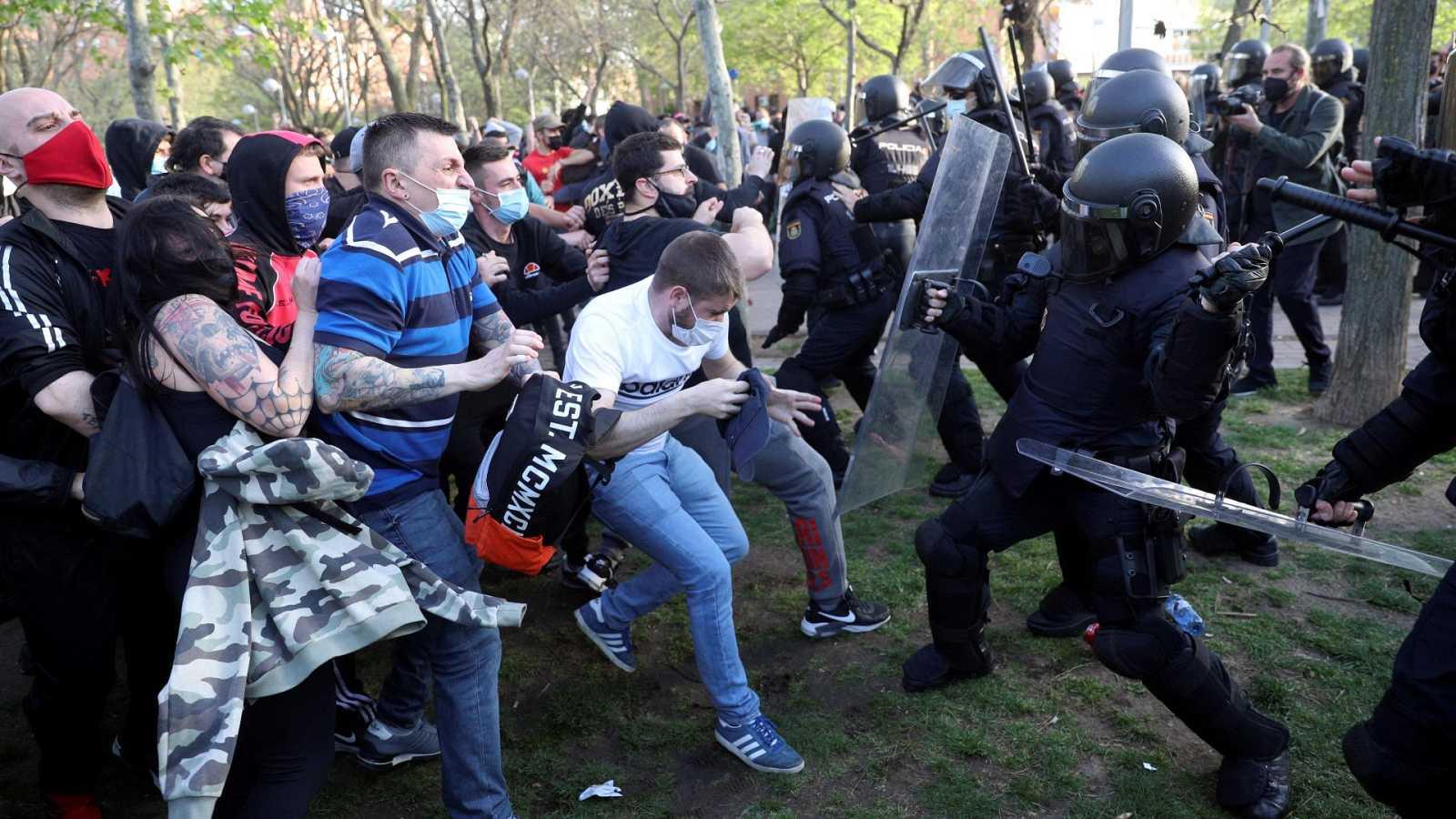 Dos detenidos y 35 heridos en los disturbios por el mitin de Abascal y Monasterio en Vallecas