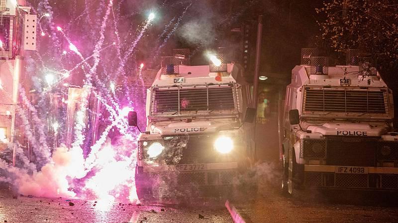 La Policía dispersa a manifestantes con cañones de agua en una nueva jornada de disturbios en Irlanda del Norte