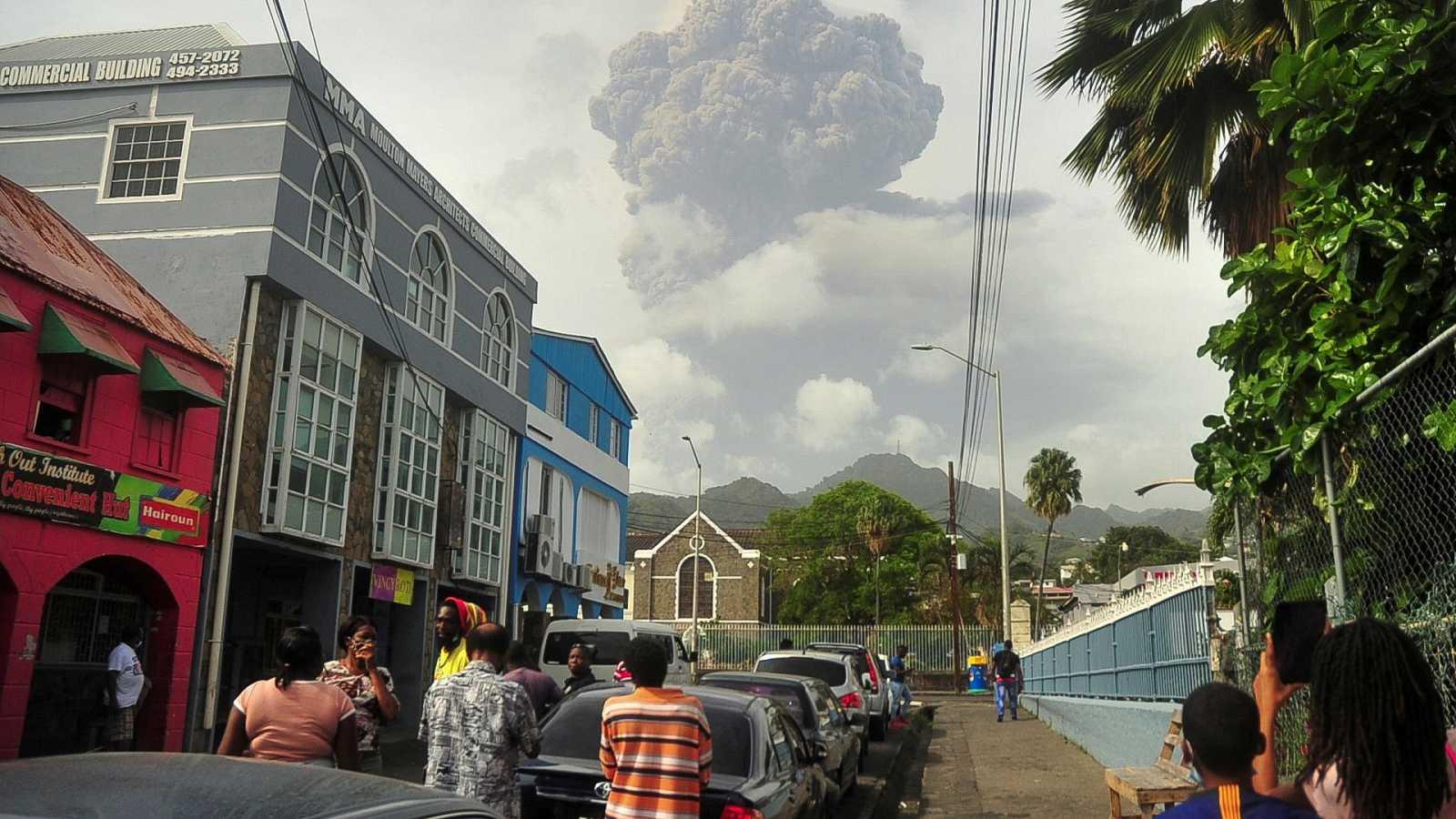 La ceniza del volcán La Soufrière cubre por completo la isla de San Vicente