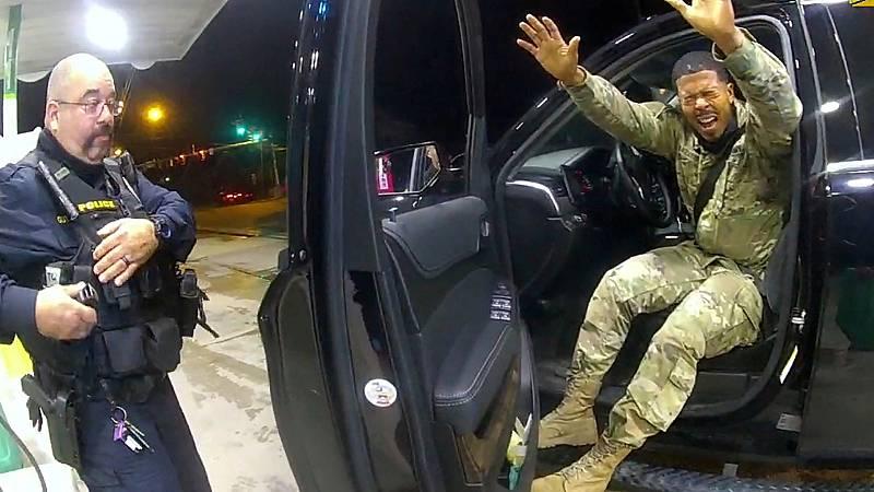 Dos agentes rocían con gas pimienta a un militar en un nuevo episodio de violencia policial en Estados Unidos