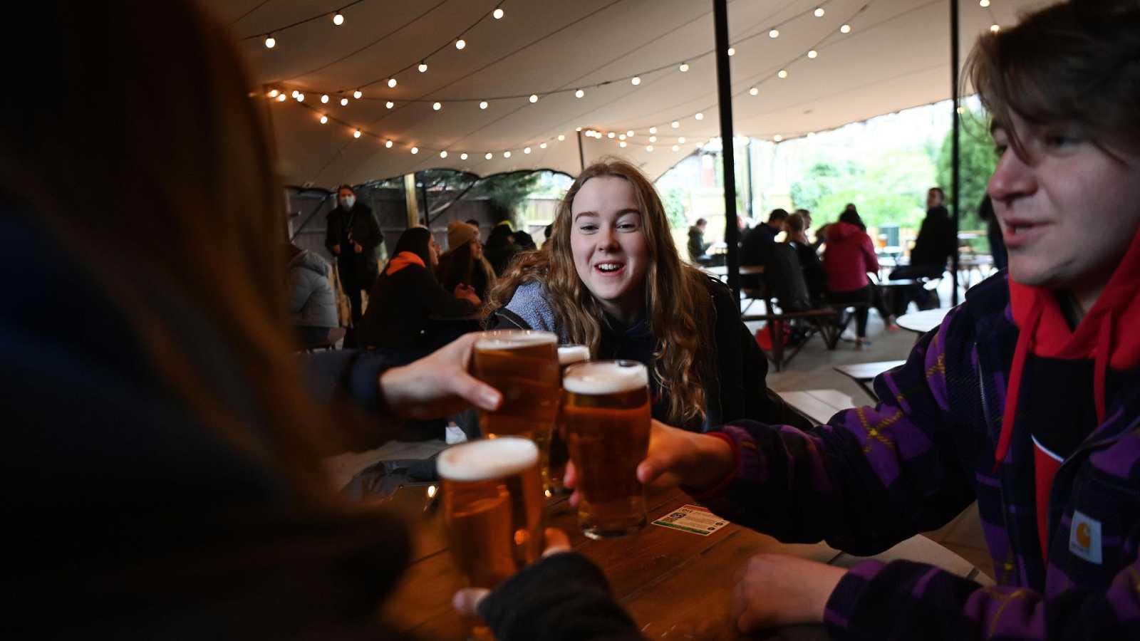 Los ingleses vuelven a bares, restaurantes, tiendas y peluquerías