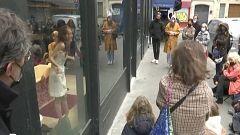 El teatro francés se reinventa con obras en los escaparates de las tiendas