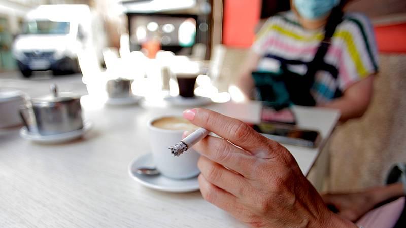 Sanidad continúa evaluando la prohibición de fumar en terrazas por el coronavirus
