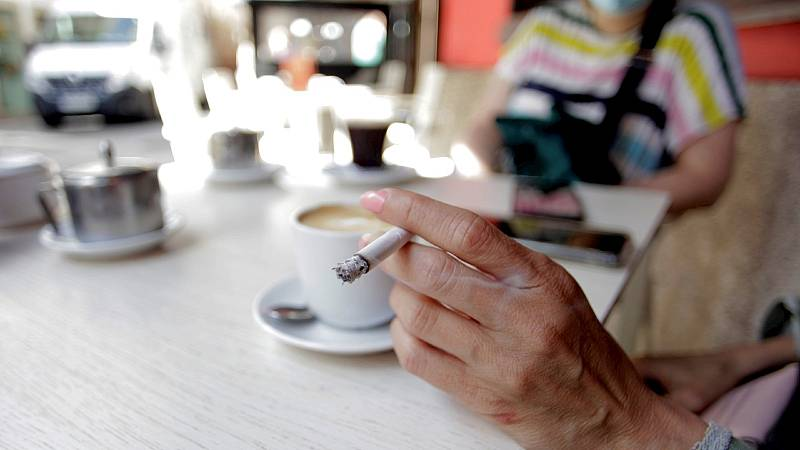 Siete comunidades autónomas ya prohíben fumar en terrazas para evitar contagios