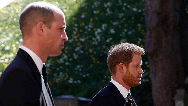 Los príncipes Guillermo y Enrique se reencuentran durante el funeral de Felipe de Edimburgo