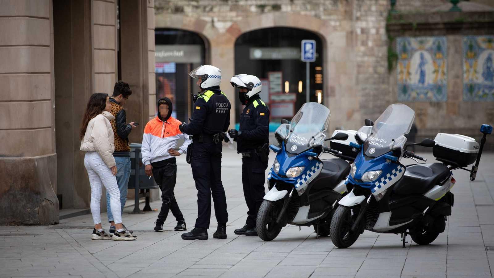 Un equipo de TVE acompaña a una patrulla de la Guardia Urbana por Barcelona para controlar las restricciones