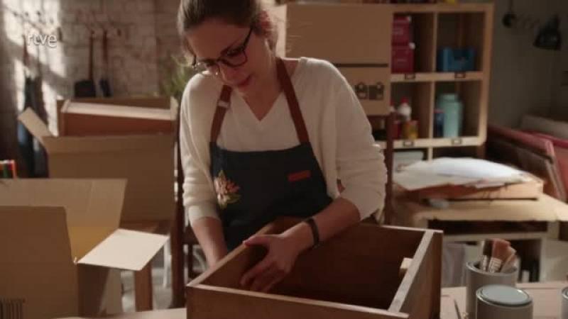 julia rompe los muebles del taller