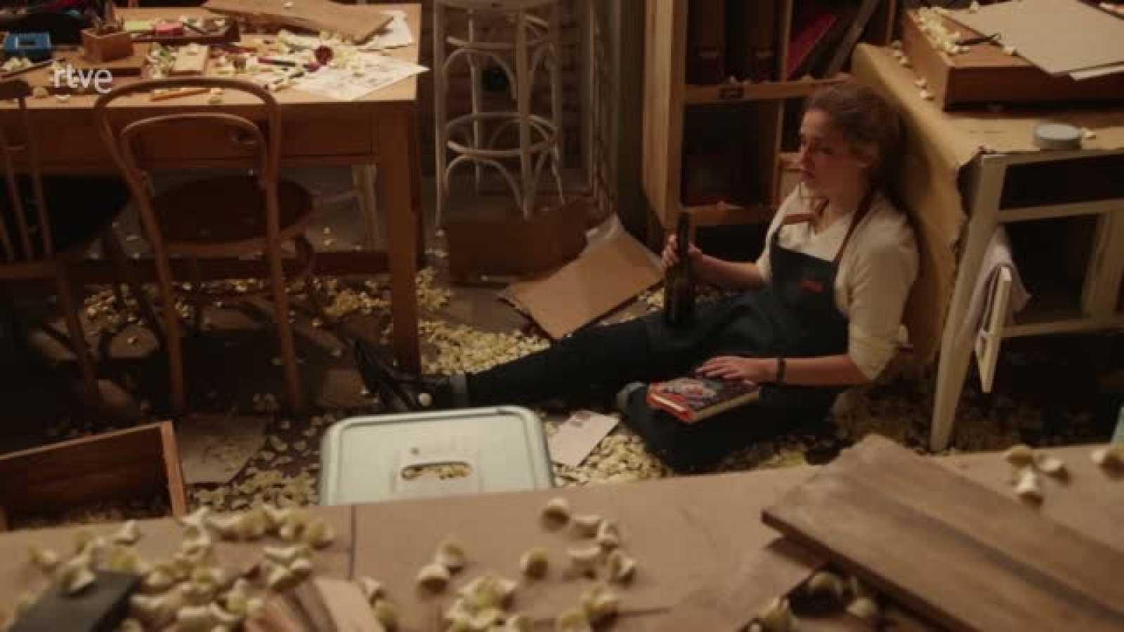 Julia rompe los muebles de su taller