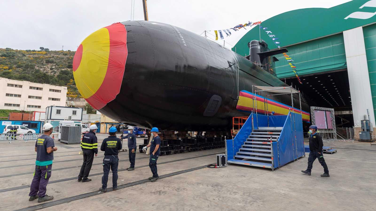 La familia real asiste a la puesta a flote del nuevo submarino de la Armada